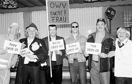 Ähnlichkeiten mit lebenden Personen waren gewollt: Moderatorin Gisela Trottmann (rechts) stellte die fünf eisernsten Junggesellen der Gemeinde vor - und der Saal tobte. Bilder: bey (2)