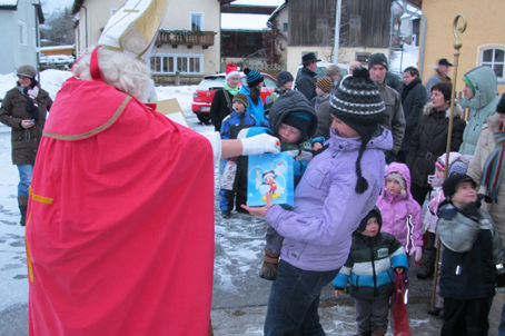 Der Nikolaus verteilte an die Ilsenbacher Kinder süße Leckereien.