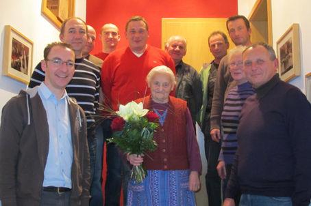 Bei einer Nachfeier im Gerätehaus gratulierten der stellvertretende Vorsitzende der Feuerwehr Erich Beer (rechts) und Kommandant Martin Thoma Anna Meyer (Mitte) mit einem Blumenstrauß zum 90. Geburtstag.
