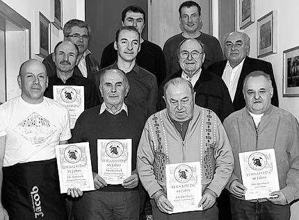 Seit 60 Jahren halten Rudolf Trottmann (vorne, Zweiter von rechts) und Alfons Wittmann (vorne, Zweiter von links), seit 50 Jahren Josef Meyer (vorne, rechts) und seit 40 Jahren Alois Trottmann (Zweite Reihe, links) der Ilsenbacher Wehr die Treue. Auch Vereinswirt Wolfgang Trottmann (links) ist bereits seit 25 Jahren engagiert. Bild: spz