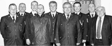 Bei der Jahreshauptversammlung freuten sich Vorsitzender Rudi Kreuzer (Vierter von rechts), Kommandant Martin Thoma (Dritter von links) und Bürgermeister Lorenz Enslein (rechts) Über Neumitglied Klaus Neumann (Vierter von links). Bild: spz