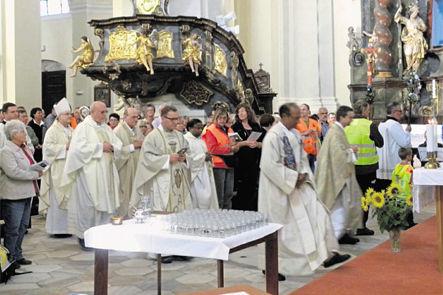 Feierlich zog Bischof Dr. Rudolf Voderholzer mit sechs Zelebranten zum Pilgergottesdienst in die Wallfahrtskirche Maria Kulm ein. Bild: gi