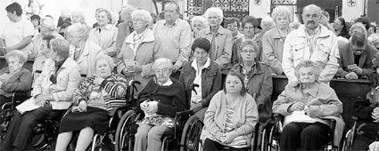 Senioren aus zahlreichen Alten- und Pflegeheimen der Region hörten der Predigt von Klinikseelsorger Hans-Gerd Geiger zu. Bild: lng