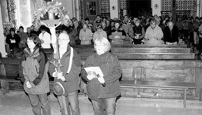 Bevor sich die Wallfahrer auf den langen Weg nach Maria Kulm machten, segnete Pfarrer Manfred Wundlechner die Wallfahrtskerze und erteilte den Segen. Organisatorin Christine Schwab (links) und ihre Schwester Margret Lukas-Fuchs (rechts) begleiteten Kreuzträger Bernhard Bodensteiner (Mitte). Bild: spz