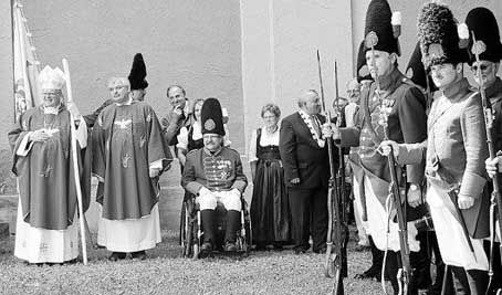 Modern in den Worten und optisch in der Pracht der Vergangenheit. So präsentierte sich der Besuch des Bischofs Frantisek Vaclav Lobkowitz (links) in St. Quirin. Bild: kad