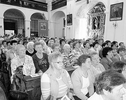 Mehr als 600 Besucherinnen aus 39 Zweigvereinen des katholischen Frauenbundes füllten das Wallfahrtskirchlein St. Quirin. Bild: kad